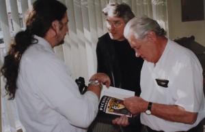Vallauris pendant le tournage de « Les amis de Picasso ». Avec Arnera, imprimeur de Picasso et spécialiste de la linogravure